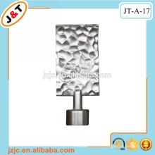 Poste de cortina extensible de hierro fundido con remates de metal