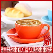 Buena taza de té de porcelana roja y platillo