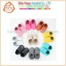 Los mocasines recién nacidos del bebé calzan los zapatos puros del pre-caminante de los cabritos del color