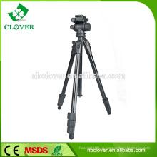 Профессиональная цветная камера и монопод