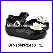 El pétalo negro calza los mini zapatos del melissa del melissa de los niños de los cabritos