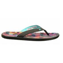 Colgar sandalias de estilo flip-flop sintético junto a la piscina