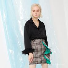 Blusa de mujer de manga larga de plumas negras con botones