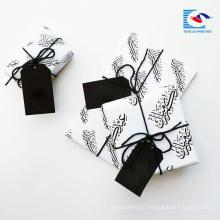 Échantillon gratuit de luxe a recyclé l'étiquette de coup de papier de cadeau de couleur noire avec le logo