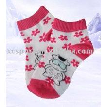 Los calcetines lindos de los niños de la primavera