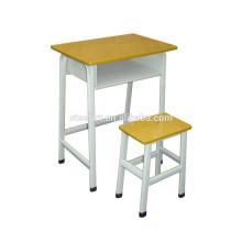 Junior-Schule verwendet Studententische und Stuhl