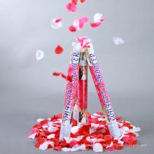 Confetti cannon party popper pour le mariage rempli de pétales de rose crémeux et de coeurs en blanc.