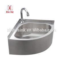 Waschbecken oder Waschbecken aus Edelstahl im Freien