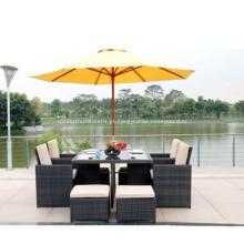 Mobília ao ar livre bem usada do pátio da tabela da casa de campo