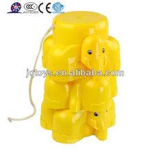 Los elefantes caminando zancos para los niños