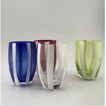 Стеклянная чашка из сплошного цвета с белыми полосками