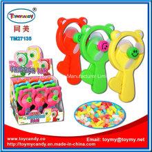 Hand, die Fan-Spielzeug mit Süßigkeit drückt