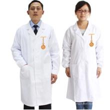 Algodão branco médico do estilo esfrega uniformes para o doutor