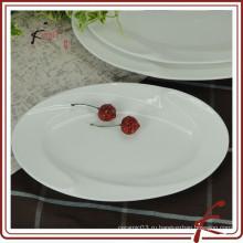 Белое керамическое блюдо для сервировки овальной формы