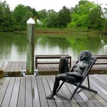 Mulher nua de bronze da decoração do jardim na escultura da cadeira de plataforma