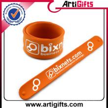 Cheap personalizado logo moda silicona snap brazalete