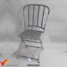 Cadeira rústica do metal da dobra do vintage com parte traseira