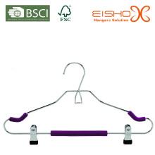 Um terno de cabide de fio para vestuário