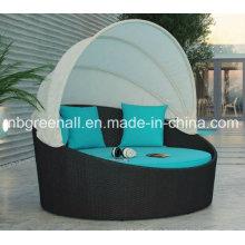 Camas de día de ratán al aire libre con pabellón