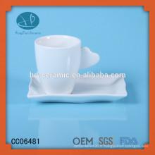 Coupe et soucoupe en vitrocéramique, vasque en céramique et soucoupe avec biscuit, tasse à thé avec poignée cardiaque