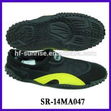 Los hombres caminan en los zapatos del agua zapatos de la prueba del agua zapatos de la aguamarina