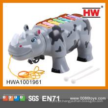 Rinoceronte plástico bonito dos desenhos animados com luz & instrumentos musicais do xilofone da música