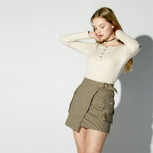 Saia curta feminina de cintura alta com atmosfera simples