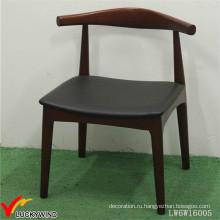 Деревянный стул с антикварной мебелью