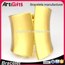 Brazaletes de metal hechos a mano brazaletes de oro modernos de diseño
