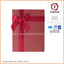 Элегантная красная подарочная коробка с лентой