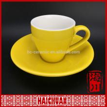 Красная стеклянная чашка кофе и блюдце