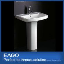 lavabo piédestal en céramique dans la salle de bain