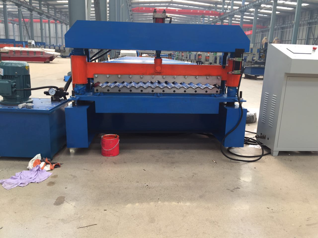 Corrugated roof sheet roll forming machine