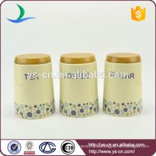 Tarros de contenedores de madera con pequeños puntos