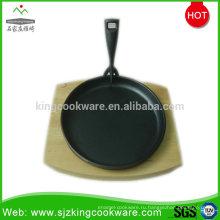Круглая сковорода с шипами на деревянной основе