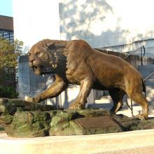 sculpture de chat en bronze