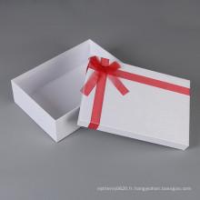 Boîte à emballer blanche de cadeau de carton de couleur de tissu de fantaisie de logo fait sur commande avec le couvercle