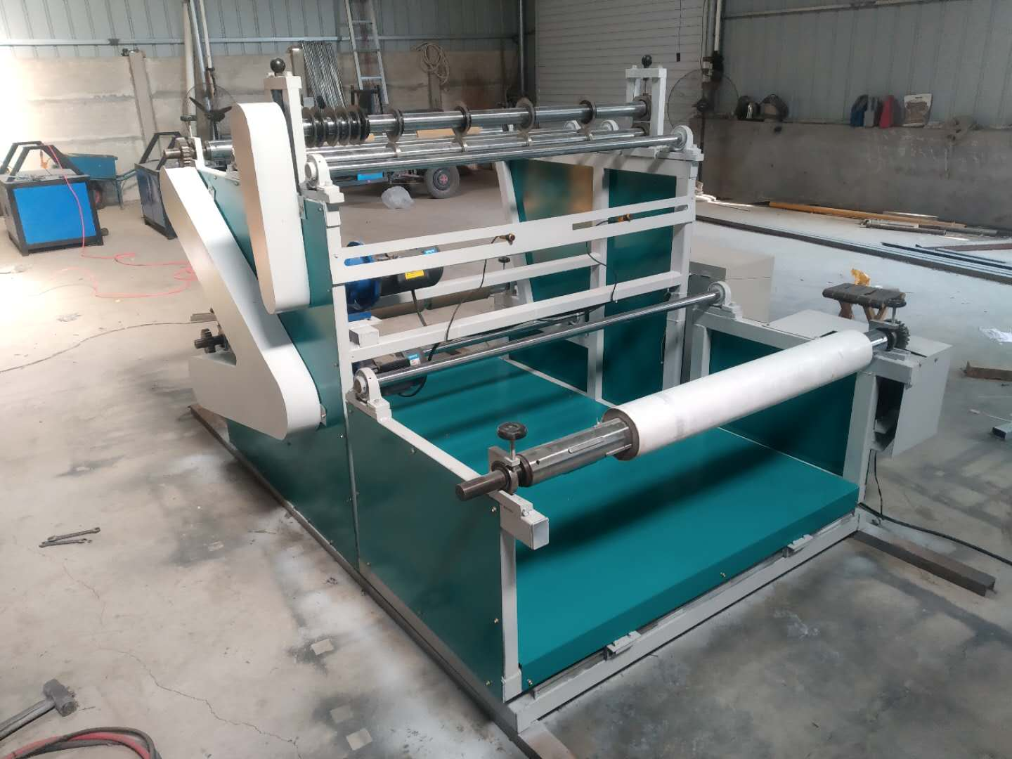 Meltblown fabric slitting and rewinding machine