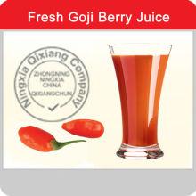 La santé boit du jus de goji dans un sac aseptique