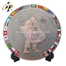 Plaque en métal de souvenir de sports antiques d'alliage fait sur commande avec la base en bois