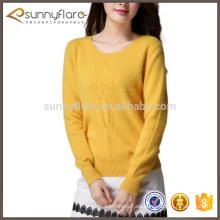 Las nuevas señoras de la moda amarillean el suéter del cable del cachemira jumpers