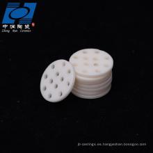 Chip de cerámica de alúmina blanca con agujeros.