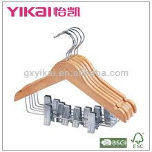 Cintre en bois plat avec des encoches et des clips métalliques