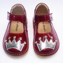 Chaussettes en cuir ciré en cuir Toddler Squeaky avec Sliver Crown & Shining Stones