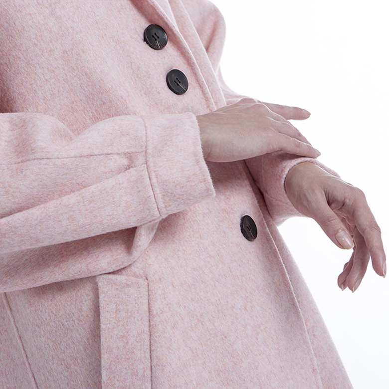 The sleeves of a pink cashmere jacket with single-breasted buttons