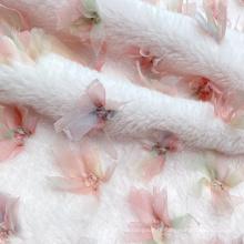 Tissu en fausse fourrure synthétique tricoté en polyester rose doux au toucher avec nœud papillon brodé