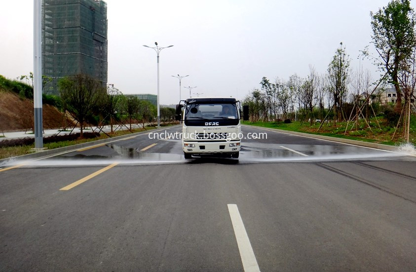 dongfeng water bowser at work 1
