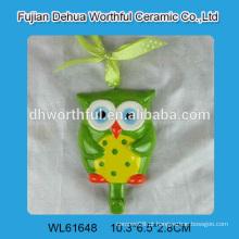 Cute coruja em forma de cerâmica simples parede gancho com gravata em cor brilhante