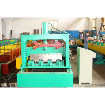 Machine de formage de goujons métalliques et de rouleaux de chenilles
