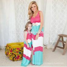 Família de verão olhar a menina e mãe filha define vestidos roupas combinando mamãe listrada colorida e me roupas